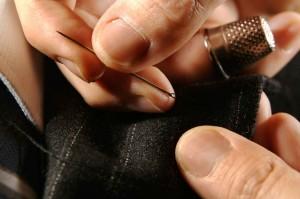 Sastre arreglando ropa